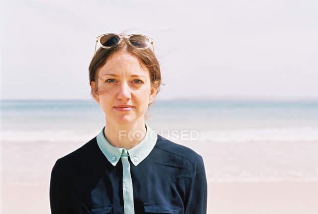 Женщина стоит на пляже — стоковое фото