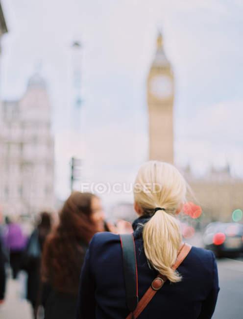 Donne a Londra per strada vicino al Big Ben — Foto stock