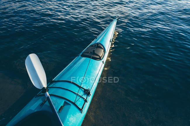 Kayak mare vuoto su acque calme — Foto stock