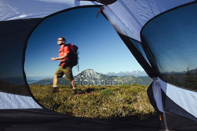 Vista da barraca do homem caminhadas — Fotografia de Stock