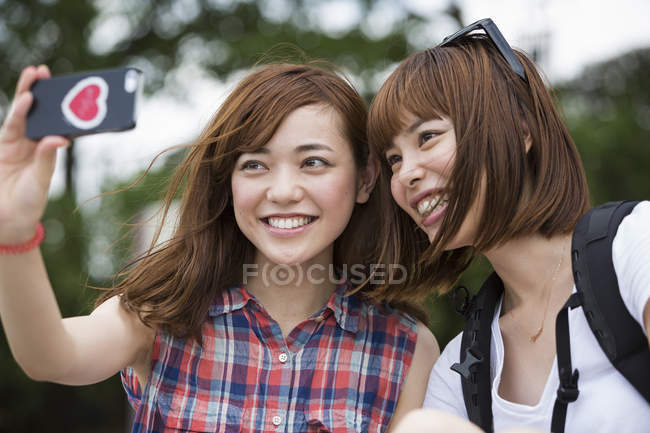 Freundinnen unter einem selfie — Stockfoto