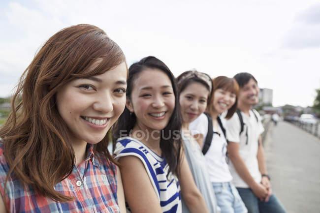 Groupe d'amis japonais dans le parc — Photo de stock