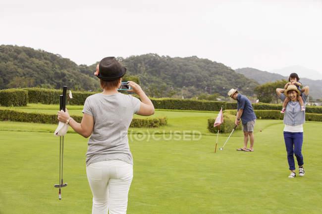 Японская семья на поле для гольфа — стоковое фото