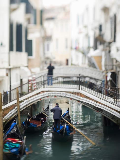 Vista lungo uno stretto canale — Foto stock
