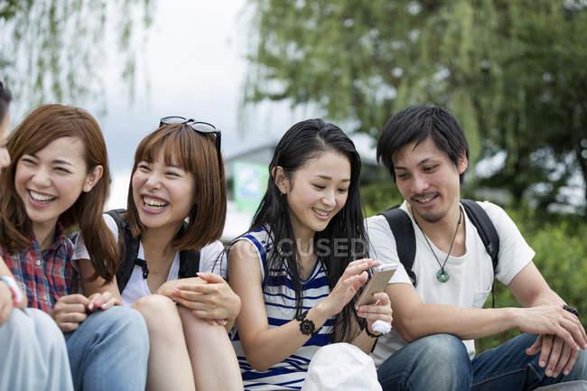 Amis japonais dans le parc . — Photo de stock