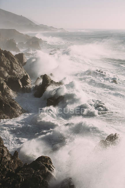 Pacific Ocean coastline with waves — Stock Photo
