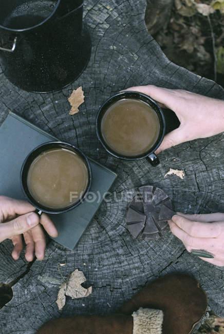 Пара пьет кофе в лесу — стоковое фото