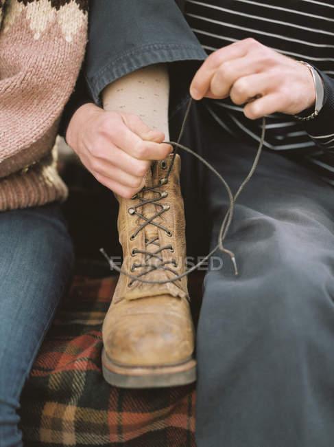 Homme, attacher ses lacets de démarrage — Photo de stock