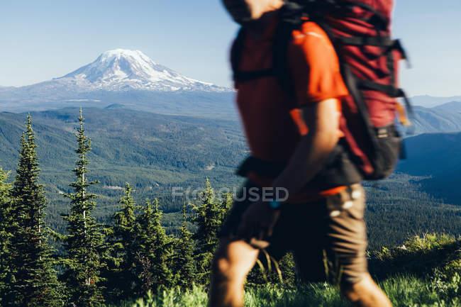 Uomo che cammina su un crinale — Foto stock