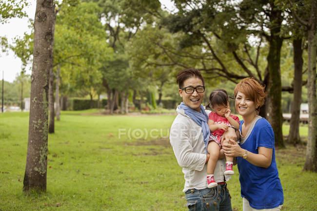Padres japoneses y un niño pequeño . - foto de stock