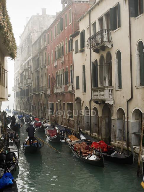 Barcos y góndolas tradicionales, Venecia, Italia - foto de stock