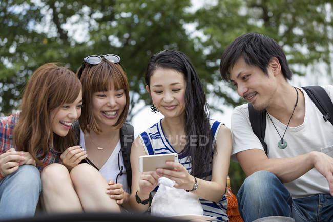 Японские друзья в парке. — стоковое фото
