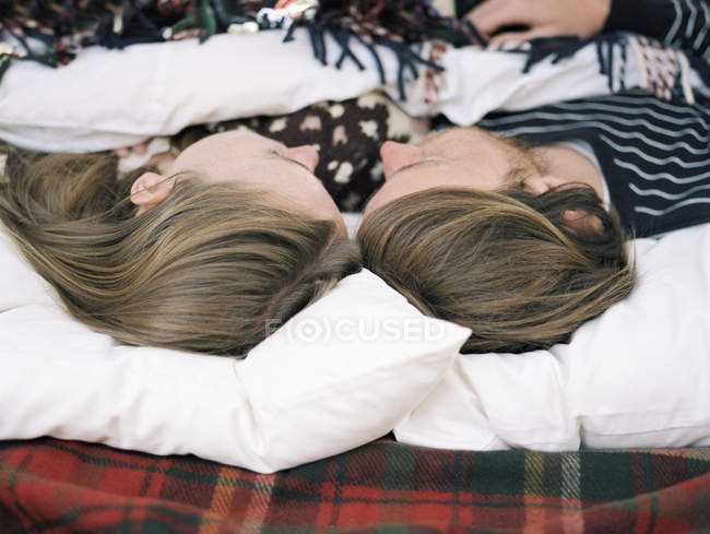 Jeune couple dormir — Photo de stock