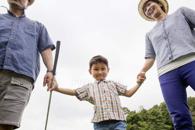 Japanese parents and a boy holding hands. — Stock Photo
