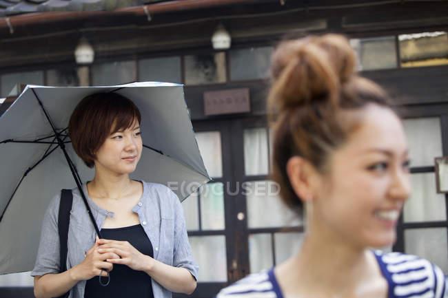 Две женщины, стоя на открытом воздухе — стоковое фото