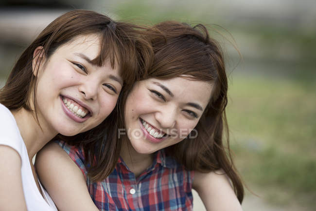Amigos japoneses en el parque . - foto de stock