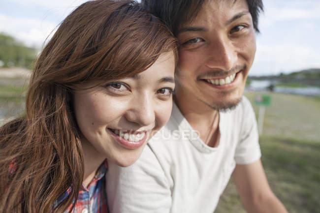 Amici giapponesi nel parco . — Foto stock
