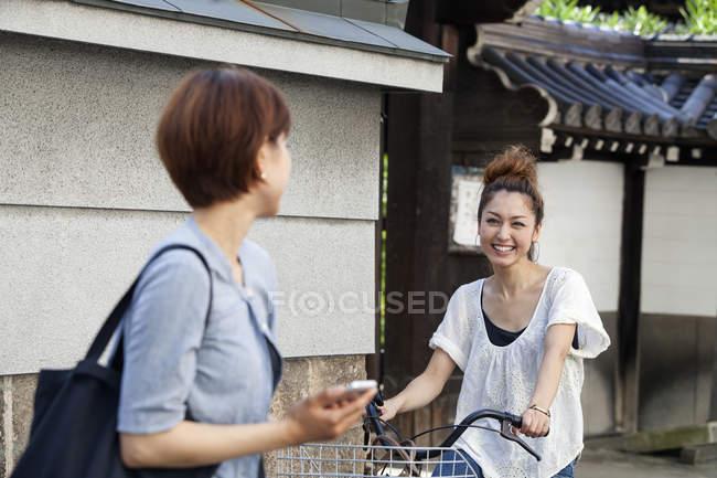 Японські жінки чаті на вулиці — стокове фото