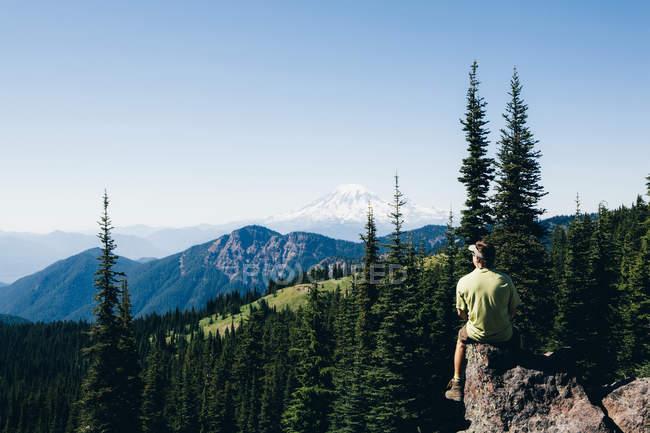 Uomo su un crinale di montagna — Foto stock