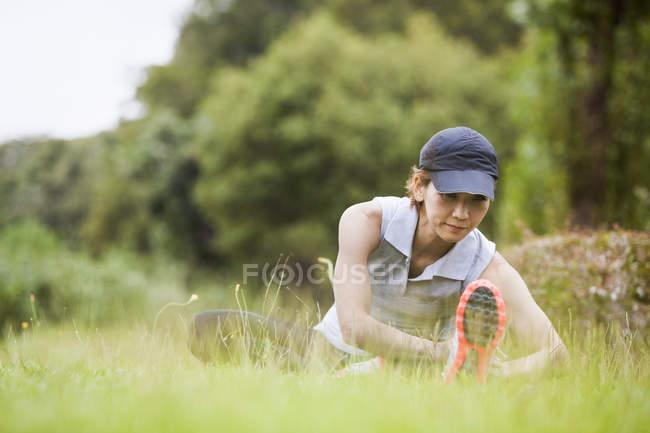 Mulher japonesa se preparando para o exercício — Fotografia de Stock