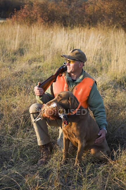 Pájaro cazador y su perro entrenado - foto de stock