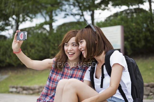Japanese women friends taking a selfie — Stock Photo