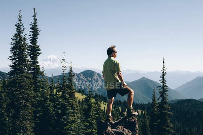 Uomo in piedi sulla roccia — Foto stock
