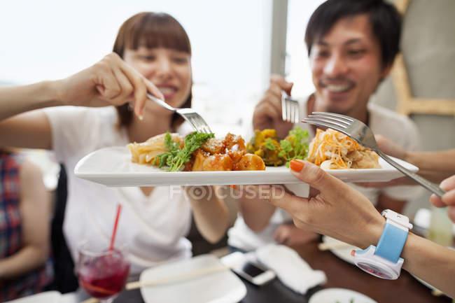 Amis, partager un repas — Photo de stock