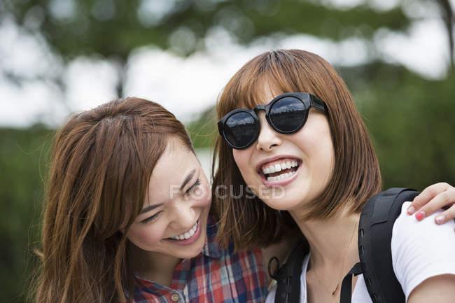 Duas jovens mulheres no parque. — Fotografia de Stock