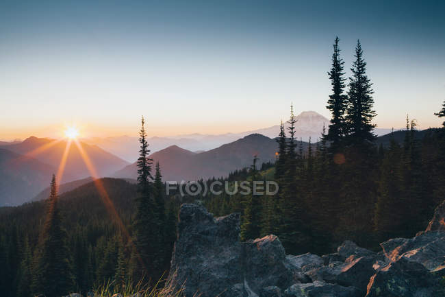 Sunset over the Cascade Range of mountains — Stock Photo