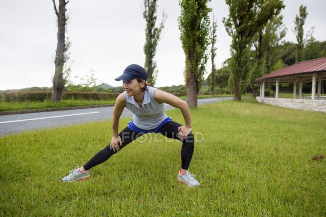 Femme japonaise exerçant à l'extérieur. — Photo de stock
