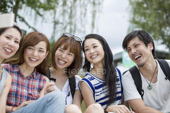 Японський друзів в парку. — стокове фото