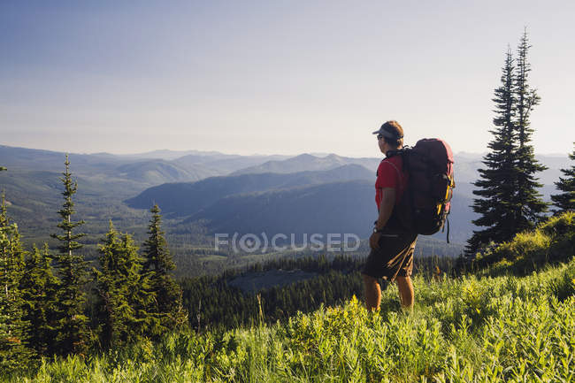 Man backpacking in the mountains — Stock Photo