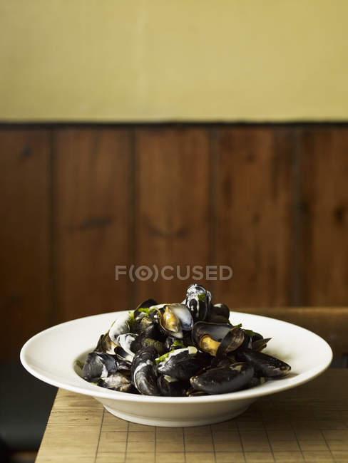 Plat traditionnel des moules cuites à la vapeur — Photo de stock