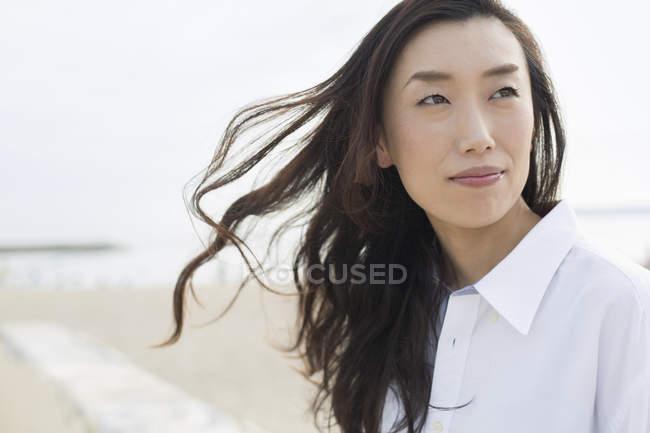 Азіатський жінка на пляжі — стокове фото