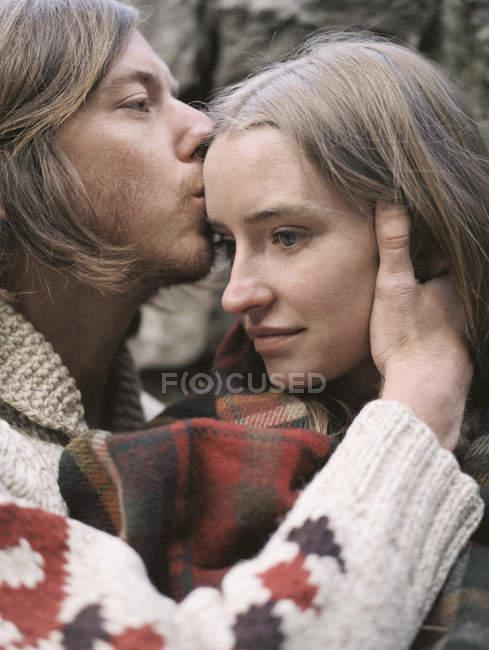 Joven pareja besos. - foto de stock
