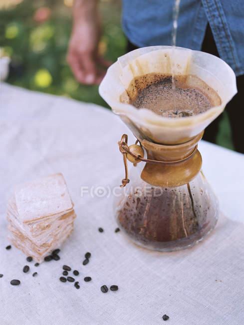 Café y galletas en la mesa - foto de stock