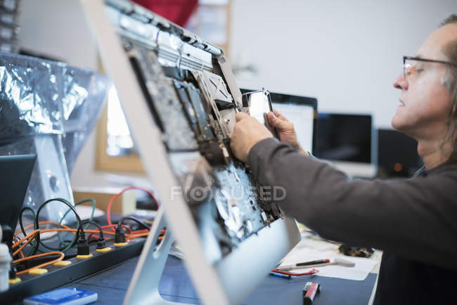 Человек с монитором компьютера — стоковое фото