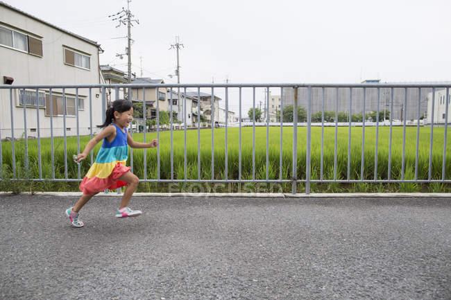 Junges Mädchen läuft auf Fußweg. — Stockfoto