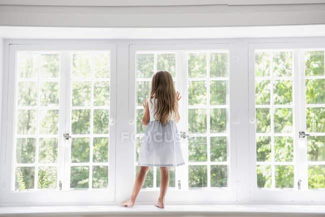 Жінки стоять біля вікна дитини — стокове фото