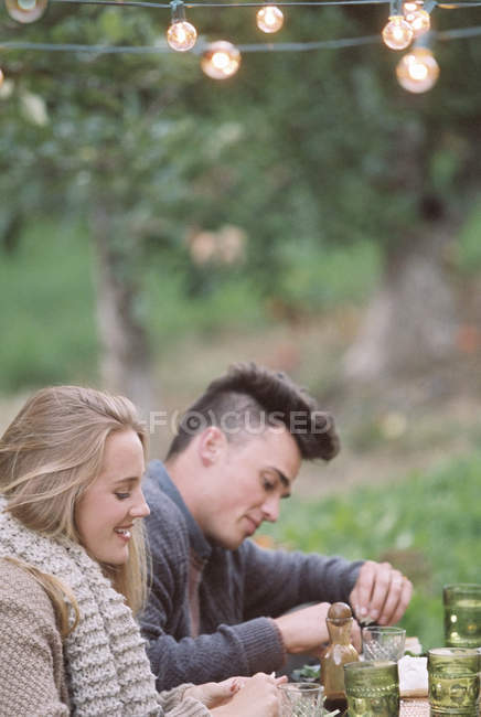 Couple sitting on the ground — Stock Photo