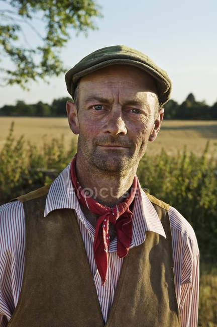 Mann mit einem Halstuch und flachen Hut — Stockfoto