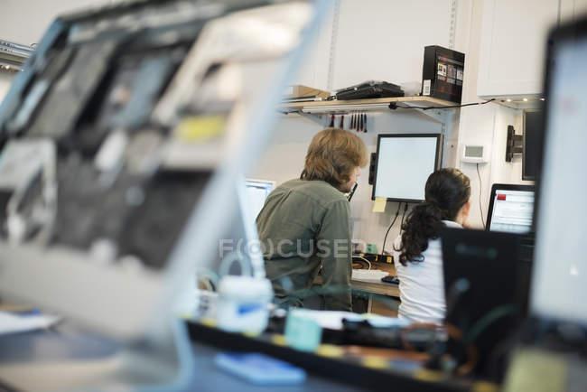 Taller de reparación de computadoras - foto de stock