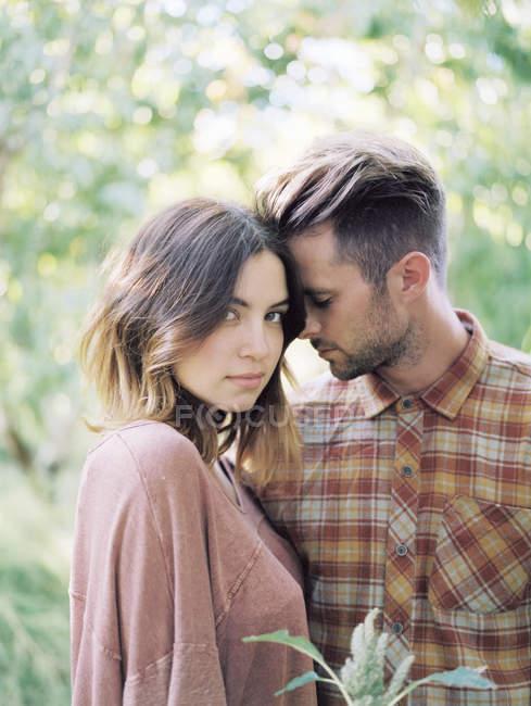 Пара, підтримуючи в Яблуневий сад — стокове фото
