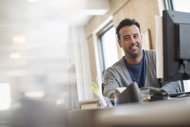 Індійський чоловік за допомогою комп'ютера. — стокове фото