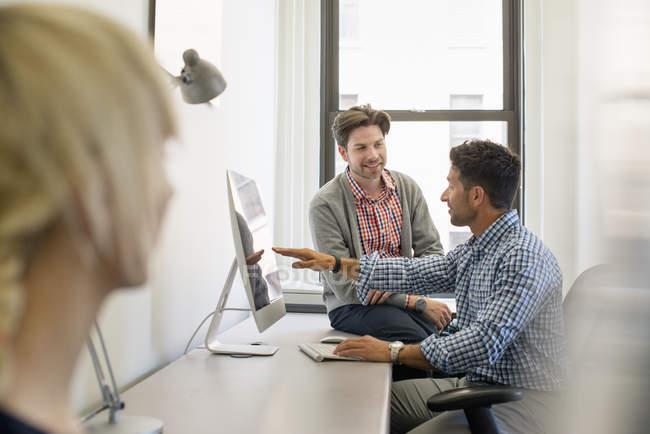 Colegas de negócios em um escritório — Fotografia de Stock