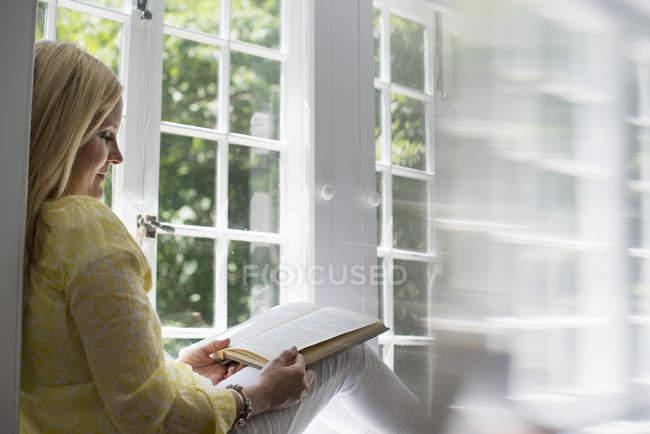 Donna che legge un libro. — Foto stock