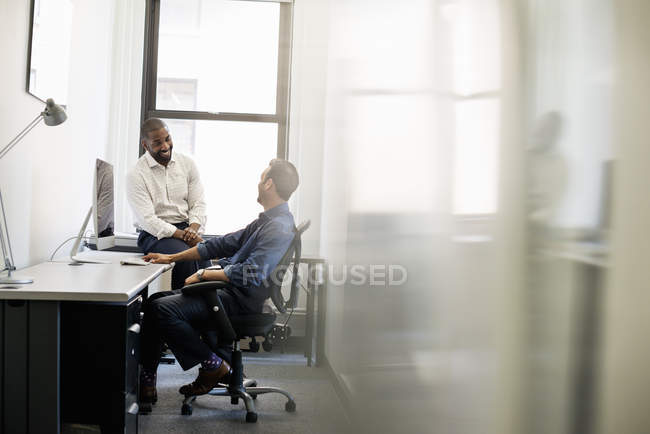 Businesspeople working in office — Stock Photo