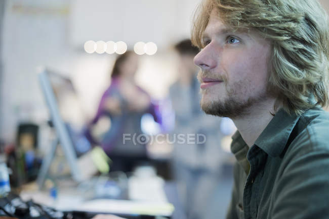 Man in a computer repair shop. — Stock Photo