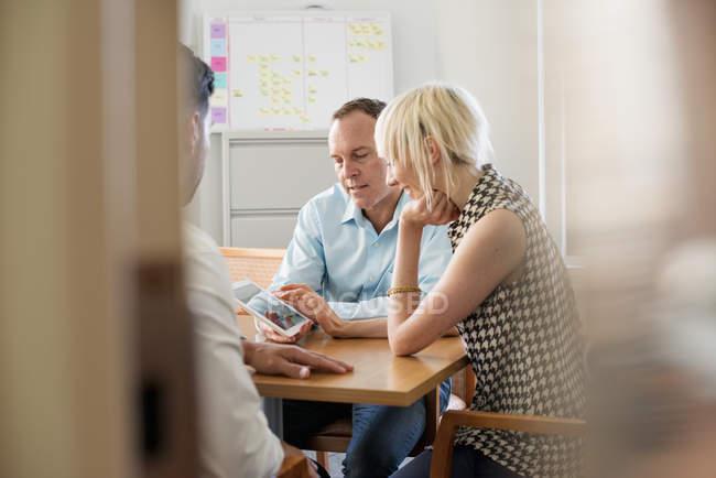 Деловые коллеги в офисе разговаривают — стоковое фото